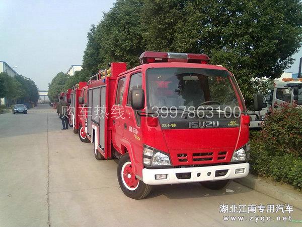 准备出厂的庆铃五十铃水罐消防车