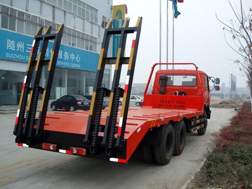 东风后双桥挖掘机平板运输车,平板拖车